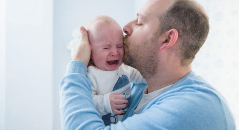 Bébé pleure quand il fait ses selles