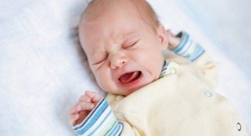 bébé de 3 mois pleure beaucoup