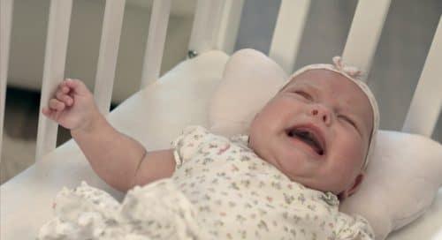 bébé pleure dès que je le pose